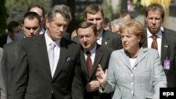 Віктор Ющенко та Ангела Меркель під час офіційної церемонії зустрічі, Київ, 21 липня 2008 р.