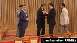Группа депутатов парламента Кыргызстана. Бишкек, 30 июня 2014 года.