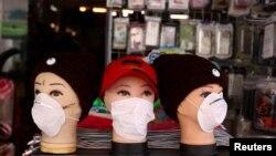 Zaštitne maske izložene u prodavnici mobilnih telefona u njemačkom gradu Hanau, 16. mart, 2020.