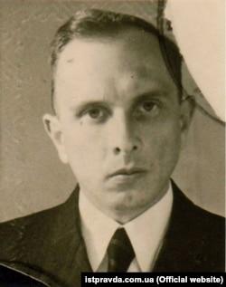 Одна з перших фотографій Степана Бандери після виходу на волю (спершу, з вересня 1941 року, перебував у нацистській тюрмі, а потім у концтаборі «Заксенгавзен»). Німеччина, 1946 року. Двоє його рідних братів – Василь і Олександр – були закатовані наприкінці липня 1942 року в концтаборі «Аушвіц»
