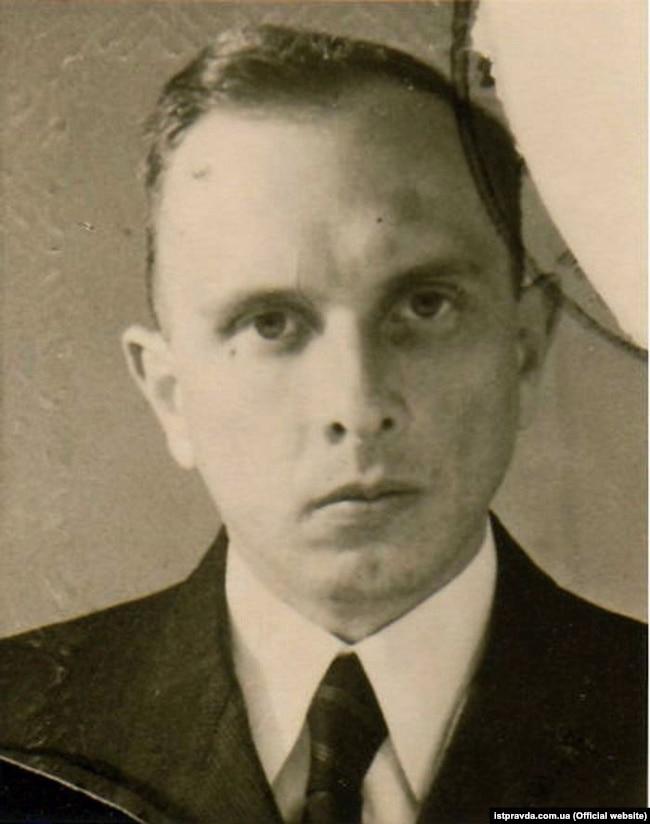 Одна з перших фотографій Степана Бандери після виходу на волю (спершу, з вересня 1941 року, він перебував у нацистській тюрмі, а потім у концтаборі «Заксенгавзен»). Німеччина, 1946 року. Двоє його рідних братів – Василь і Олександр – були закатовані наприкінці липня 1942 року в концтаборі «Аушвіц»