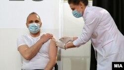 Министерот за здравство Венко Филипче прими прва доза вакцина против ковид-19 од Синофарм