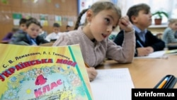 Учні четвертого класу під час уроку української мови у загальноосвітній школі І-ІІІ ступенів N4, Вишневе, Київська область, 4 жовтня 2017 року