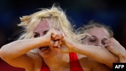 Ирина Мерлени (слева) и Мария Стадник (справа) в полуфинале соревнований по женской борьбе на Олимпийских играх, Лондон, 8 августа 2012