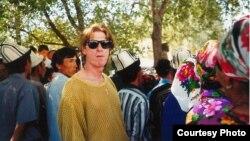 Брюс Панниер Баткендеги жыйынга келген жергиликтүү тургундар менен, 1999-жыл.