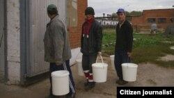 Большинство узбекских мигрантов в Казахстане - это мужчины, нанятые местными жителями для работ во дворе частного дома.