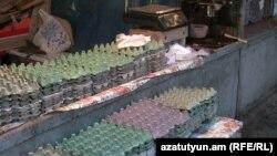 Пустые клетки из-под яиц на одном из ереванских рынков во время дефицита яиц в конце прошлого года