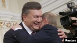Ռուսաստանի նախագահ Վլադիմիր Պուտինը Նովո-Օգարյովոյի նստավայրում ողջունում է Ուկրաինայի նախագահ Վիկտոր Յանուկովիչին, 22-ը հոկտեմբերի, 2012թ․