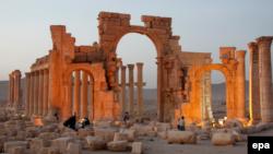 عکسی از «طاق نصرت» یا «طاق پیروزی» در شهر پالمیرا (تدمر)