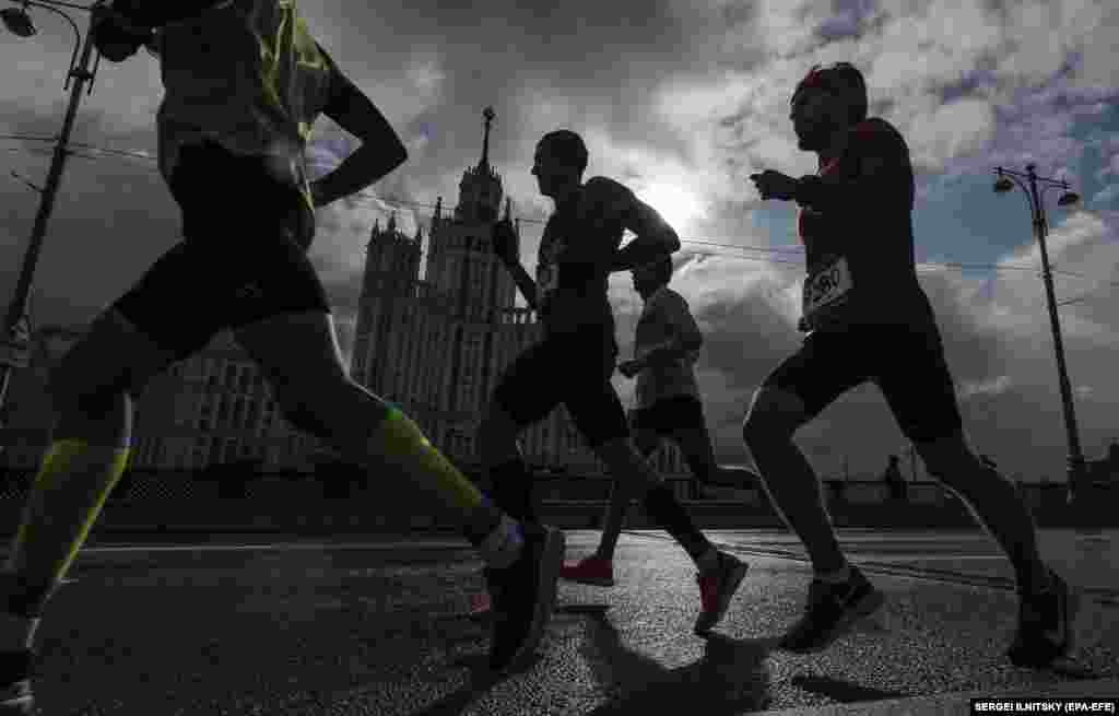 People take part in the Moscow Marathon on September 22. (epa-EFE/Sergei Ilnitsky)