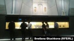 Посетители рассматривают экспонаты в Национальном музее Казахстана. Астана, 4 июля 2014 года.