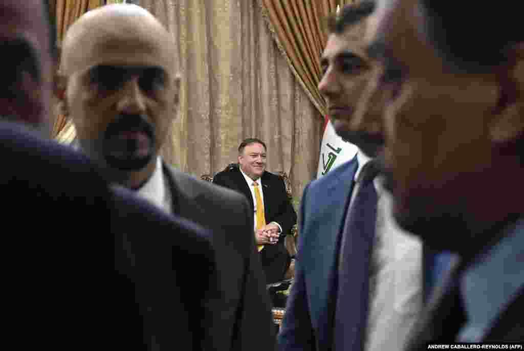ИРАК - Американскиот државен секретар Мајк Помпео допатува во ненајавена посета на Ирак. Тој претходно ја откажа посетата на Берлин поради, како што соопшти Стејт департментот, итни прашања. Посетата на Помпео на Ирак доаѓа во момент на се поголем притисок на САД врз Иран кој се граничи со Ирак.