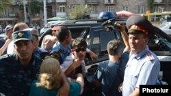 Столкновения протестующих с полицией во время акции протеста против строительства на Комитаса 5 многоэтажного здания, Ереван, 24 августа 2013 г.