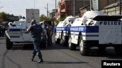 Policia e ka bllokuar hapësirën afër stacionit të policisë në një lagje në Erevan