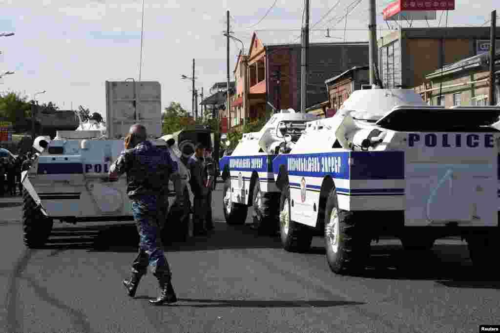 """Полицейские машины блокируют въезд в ереванский район Эребуни, гдеактивистами движения """"Учредительный парламент"""" был захвачен полицейский участок."""