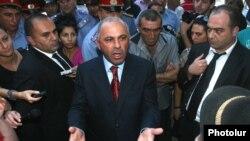 Начальник Полиции Армении Алик Саргсян разговаривает с демонстрантами, собравшимися перед зданием правительства, Ереван, 1 сентября 2011
