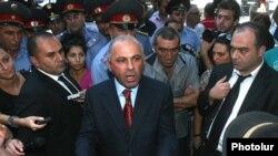 Начальник Полиции Армении Алик Саргсян разговаривает с демонстрантами, собравшимися перед зданием правительства, Ереван, 1 сентября 2011 г.