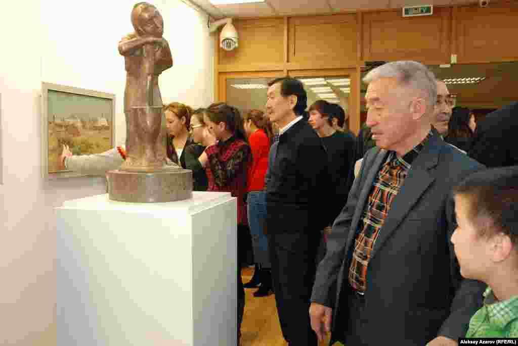 Многие скульптуры Тлеуберды Бинашева являются архетипами понятий,идей. Эта бронзовая скульптура отображает архетип матери, казахскойматери.