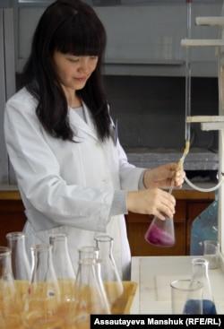 """Сотрудница лаборатории """"Экогидрохимгео"""" в Алматы."""