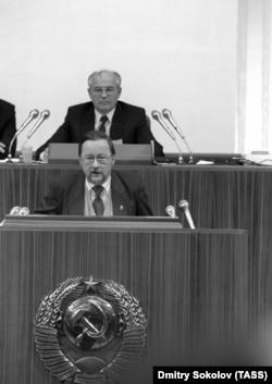 Депутат из Литвы Витаутас Ландсбергис (на первом плане) и Генеральный секретарь ЦК КПСС Михаил Горбачев (на втором плане)