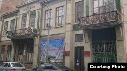 Директор Североосетинского госмузея Лариса Сохиева вспоминает, как, благодаря самоотверженности сотрудников музея, под обстрелами экспонаты были вывезены во Владикавказ, где были приняты на хранение
