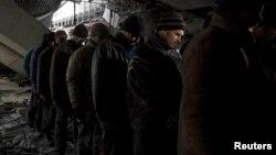 Сепаратисты конвоируют украинских пленных в донецком аэропорту – 26 февраля 2015 года
