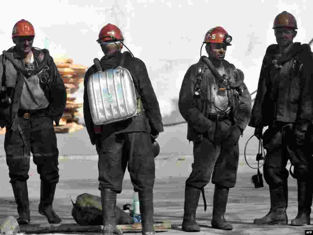 """Ратаўнікі працягваюць пошукі ахвяраў аварыі на шахце """"Распадзкая"""" ў Кемераўскай вобласьці Расеі. Ахвярамі двух выбухаў на шахце сталі ня менш як 66 гарнякоў."""