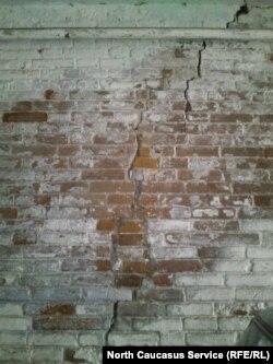 По стенам дома давно пошли трещины