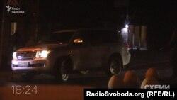 Авто, яким користується депутат Грановський, виїжджає від МВС, 6 грудня 2017 року