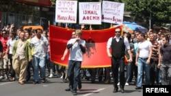 Ваљон Беља на чело на протестите на албански невладини организации на 10 мај 2010 година во Скопје.