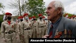 Ветеран Второй мировой войны, 93-летний Павел Яковенко. 8 мая в день его рождения лично для него организовали военный парад в оккупированной Горловке во время вспышки коронавируса
