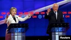 Кандидаты в президенты от Демократической партии Хиллари Клинтон и Берни Сандерс во время дебатов 14 апреля 2016 года