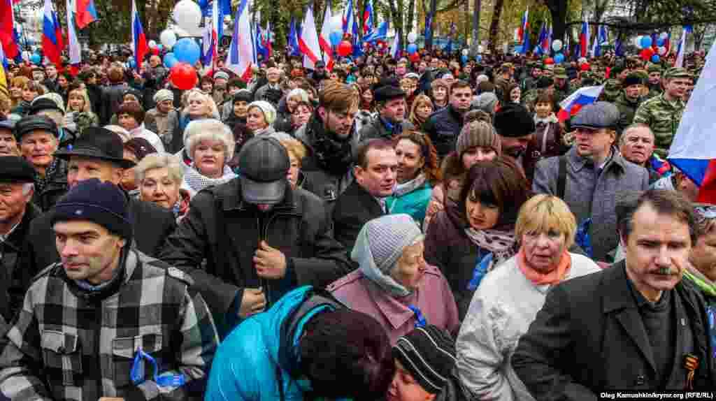 Під будівлею так званої Держради Криму зібралося близько півтисячі чоловік