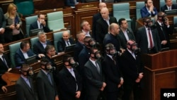 Працівники поліції (в цивільному) вже знають, що на роботу в парламент треба ходити з протигазами, 19 лютого 2016 року