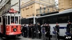 Полиция на улице Стамбула. Иллюстративное фото.