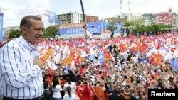 Премьер-министр Турции Реджеп Тайип Эрдоган на встрече со своими сторонниками во время избирательной кампании. 10 июня 2011 года.