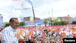Turkey - Turkey's Prime Minister and the leader of Justice and Development Party (AKP) Tayyip Erdogan greets his supporters during an election rally in Erzurum, 10Jun2011