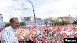 Премьер-министр Турции Реджеп Эрдоган выступает перед своими сторонниками в Эрзуруме