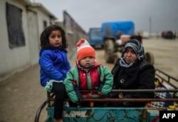 Беженцы из окрестностей Алеппо на границе с Турцией. Февраль 2016 года