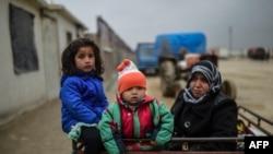 У района турецко-сирийской границы, где находятся тысячи перемещенных сирийцев, бежавших из сирийского города Алеппо после наступления правительственных сил при поддержке России.