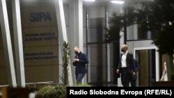 Nakon osam sati saslušanja u SIPA-i, do odluke Suda BiH, zadržani Fadil Novalić, Fahrudin Solak i Fikret Hodžić.
