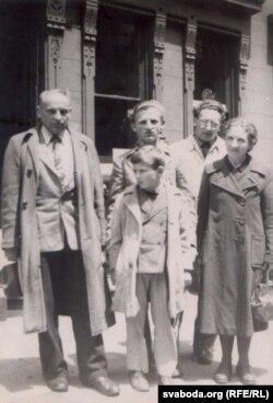Архіўнае сямейнае фота – Станкевічы па прыезьдзе ў ЗША ў 1949 годзе. Янка Станкевіч, яго сыны Вячка, Юрка, жонка Марыя, сьпераду – малодшы сын Богуш.