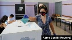 Избирательный участков в Риме, Италия.