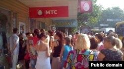 Величезні черги у зв'язку з припиненням роботи мобільного оператора «МТС-Україна», Сімферополь, 5 серпня 2014 року