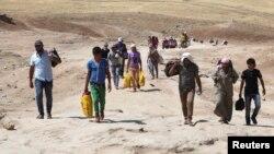 لاجئون سوريون يعبرون الحدود العراقية الى إقليم كردستان
