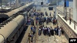 مناصرو جماعة الأخوان المسلمين يغلقون خط لسكة حديد في محطة الجيزة في مصر.
