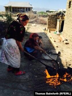 Женщины готовят еду на огне накануне свадьбы. Таджикистан, май 2015 года.