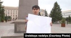 Ақ плакат ұстап тұрған азаматтық белсенді Аслан Сагутдинов. Орал, 6 мамыр 2019 жыл.