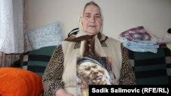 Šuhra Malić drži sliku murala sa njenim likom, mart 2016.