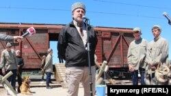 Lenur İslâmov qırımtatar halqına qarşı genotsidniñ qurbanlarına bağışlanğan mitingde. Herson vilâyeti, Novoalekseyevka qasabası, 2017 senesi mayıs 18 künü